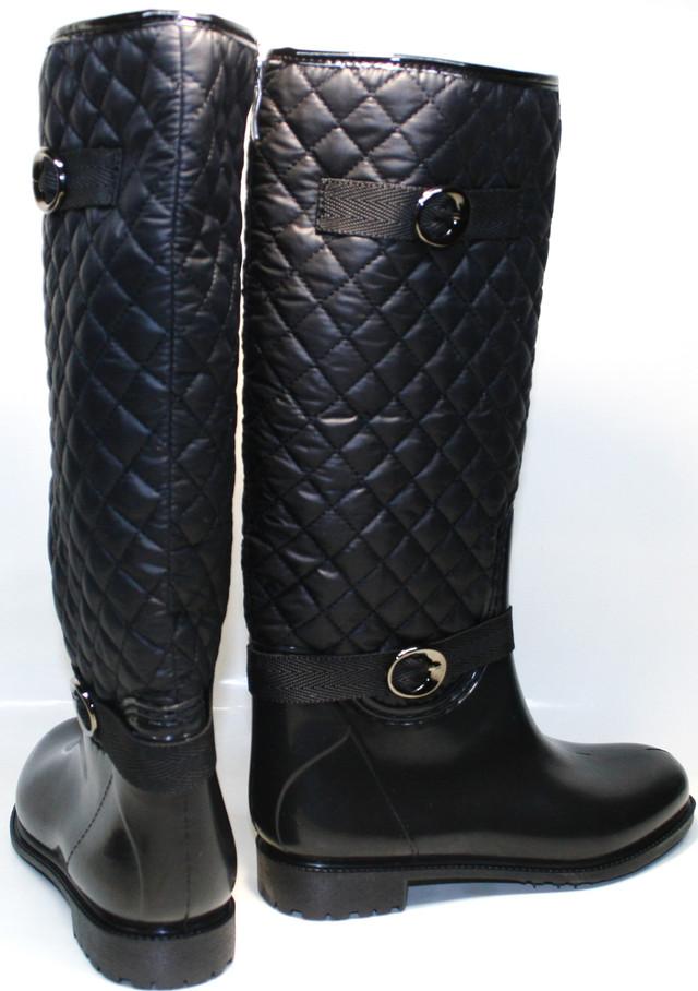 Модельные резиновые сапоги женские - в черном цвете сочетаются с одеждой всевозможных стилей, уберегут ножки в воде, мокром снегу и слякоти, помогут создать модный индивидуальный лук.