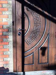 Уличные металлические двери на входе
