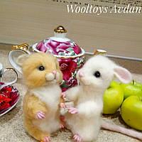 Белая мышка и хомяк  - игрушки из шерсти.