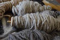 Пряжа ниток середньої товщини з натуральної овечої шерсті