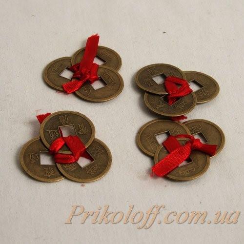 Китайские монеты перевязанные красной лентой, средний размер