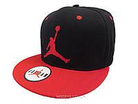 Чёрная кепка Jordan с красным козырьком
