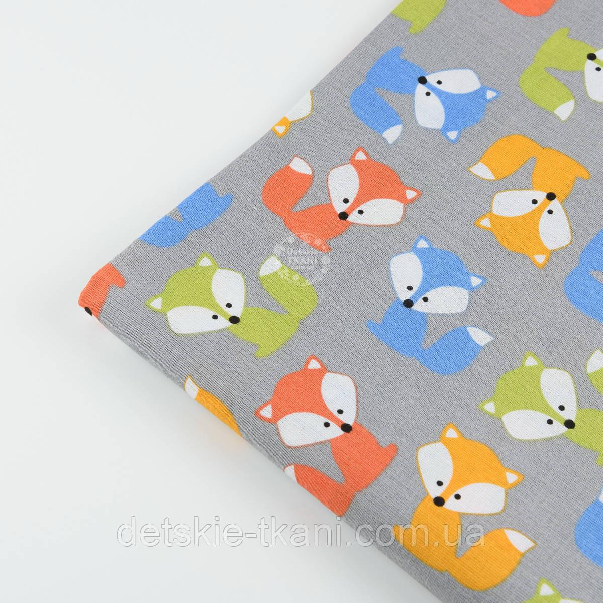 Лоскут ткани №839  с разноцветными лисичками на сером фоне
