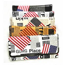 Стильный лакированный кошелек с принтом газеты
