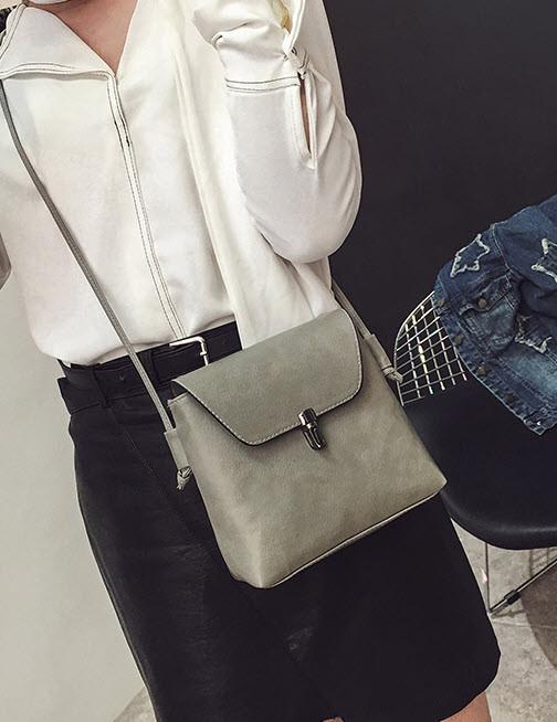 Елегантна матова сумочка на ремінці