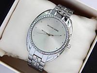 Жіночі наручні годинники копія Michael Kors сріблястого кольору, стрази навколо циферблата і на браслеті, фото 1