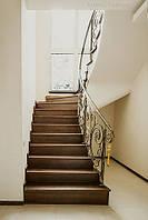 Кованые перила на лестнице с забежными ступенями
