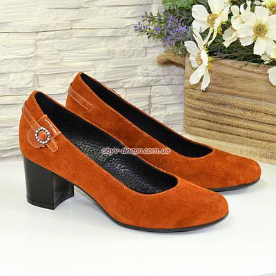 Женские замшевые туфли рыжего цвета на невысоком каблуке, декорированы ремешком