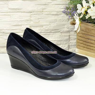 Женские классические туфли на невысокой танкетке, из натуральной кожи и замши синего цвета