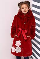Красная шуба декорирована аппликацией из меха