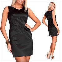 Черное платье с небольшим вырезом и открытыми плечами