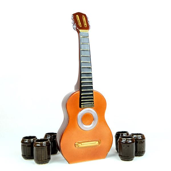 Акустическая гитара в виде бутылки с рюмками