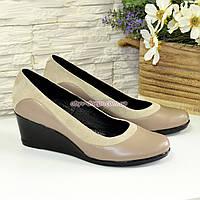 Женские классические туфли на невысокой танкетке, из натуральной кожи и замши, фото 1