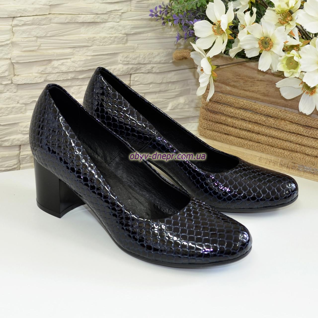 """Туфли женские на невысоком каблуке, из натуральной синей кожи """" крокодил"""""""