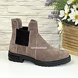 Ботинки замшевые демисезонные свободного одевания на низком ходу, из натуральной замши бежевого цвета, фото 2