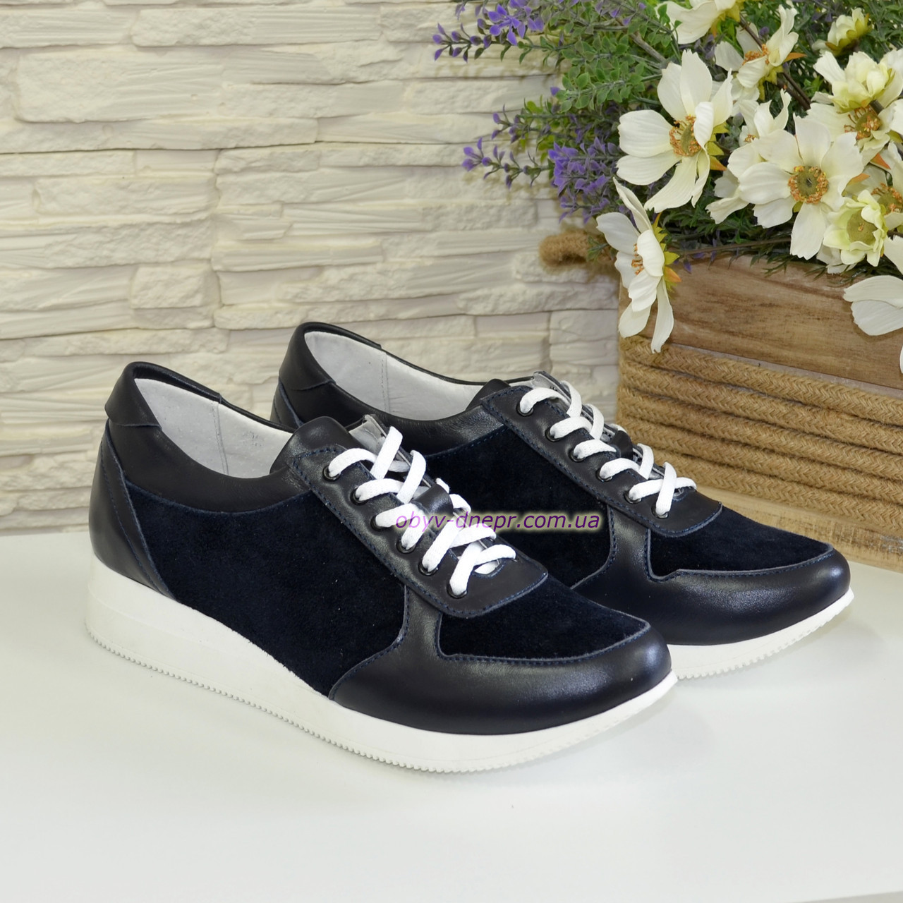 Стильные женские кроссовки на шнуровке, из натуральной кожи и замши синего цвета