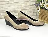 Женские классические туфли на невысокой танкетке, из натуральной кожи и замши, фото 3