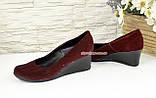 Жіночі замшеві туфлі на невисокій танкетці, декоровані накаткою каменів, фото 3