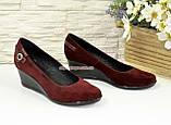 Женские замшевые туфли бордового цвета на невысокой танкетке, декорированы ремешком, фото 2