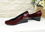 Женские замшевые туфли бордового цвета на невысокой танкетке, декорированы ремешком, фото 3