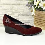 Женские замшевые туфли бордового цвета на невысокой танкетке, декорированы ремешком, фото 4