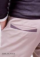 Бежевые классические мужские брюки с декоративной отделкой на карманах
