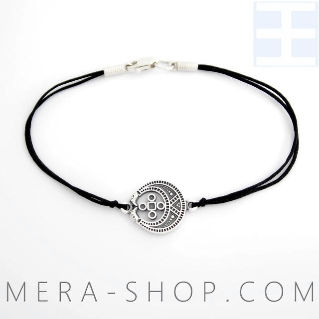 Женский браслет с серебряным оберегом