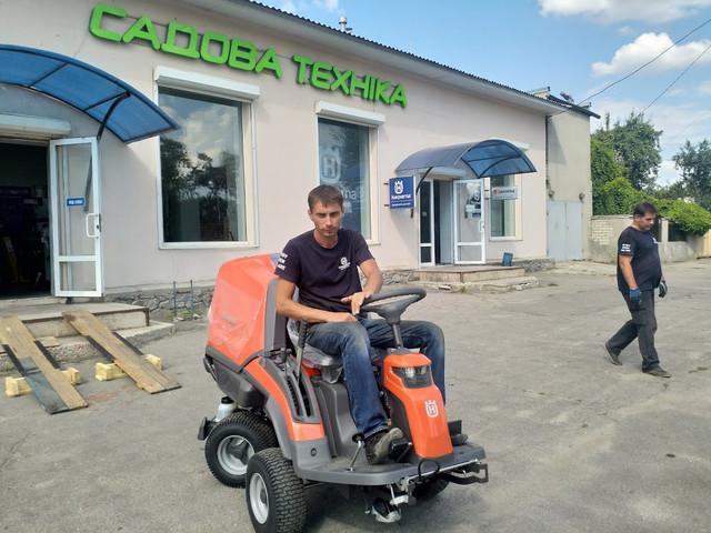Испытание садового райдера Husqvarna RC 320 с полным приводом на площадке магазина Садова Техніка Харьков