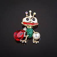 """Брошь Царевна лягушка с приданным - жемчужина и красный кристалл цвет металла """"золото"""" 4,3х3,5см"""