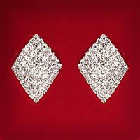 Серьги женские белые стразы светлый металл свадебные вечерние гвоздики (пусеты ) ромб средние 30мм
