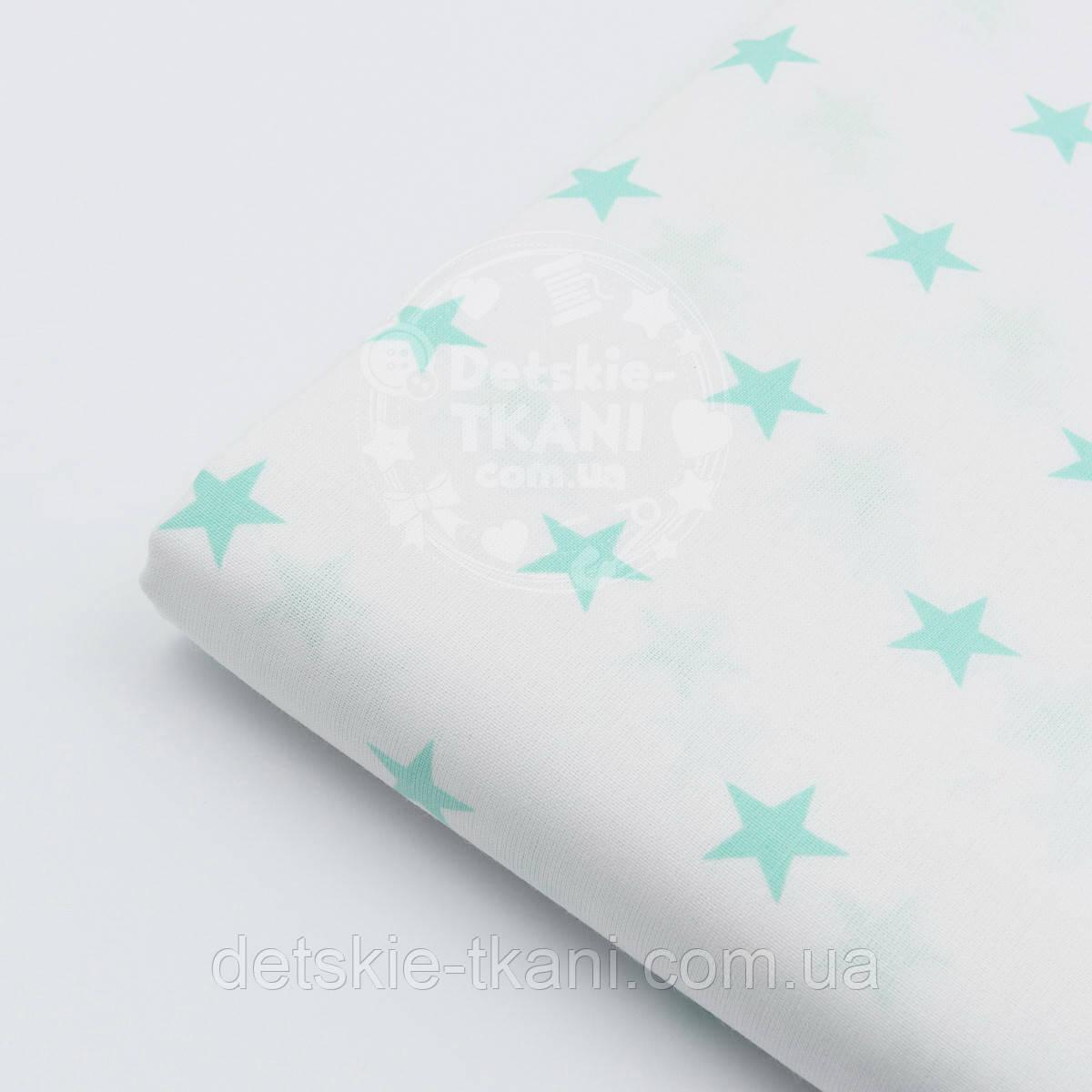 Лоскут ткани №42 мятными звёздами 2 см на белом фоне
