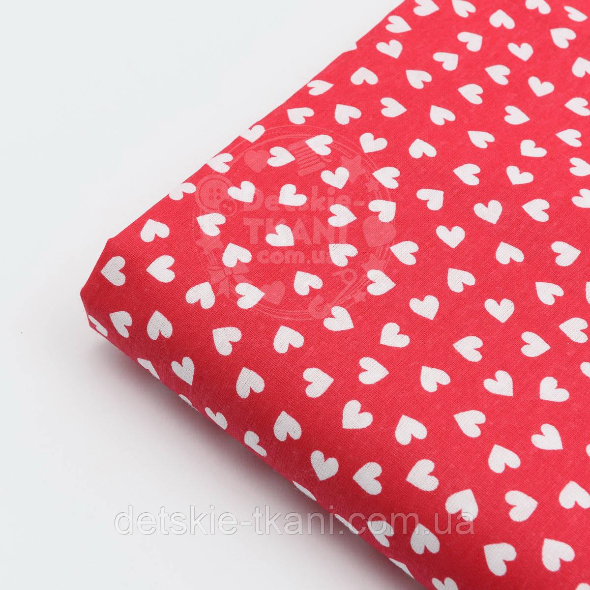 Лоскут ткани №139 бязь с белыми сердечками на красном фоне