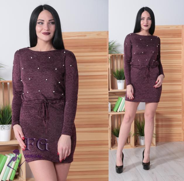 Модное платье на осень средней длины на поясе с бусами бордовое