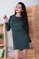 Теплое платье на осень миди полуоблегающее на поясе завязывается украшено жемчугом темно зеленое