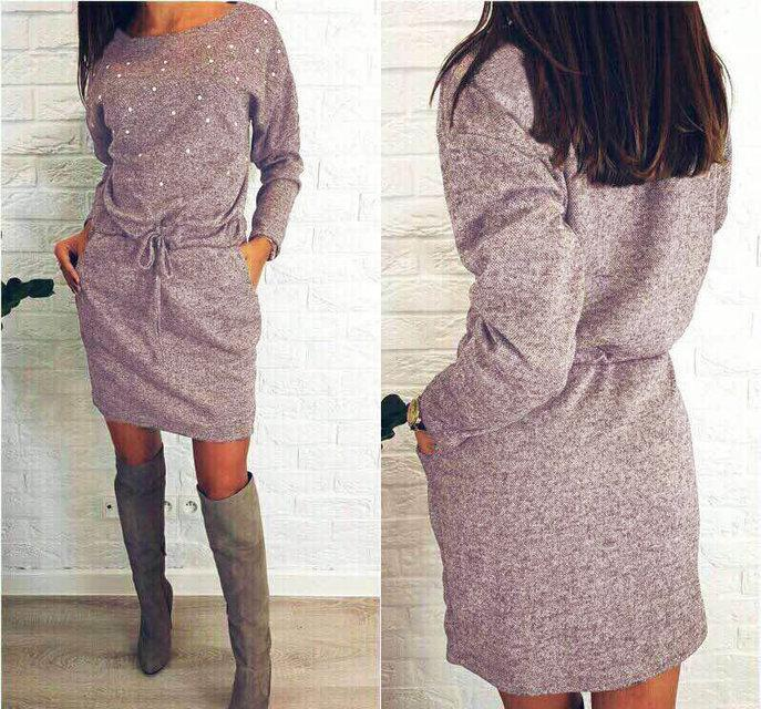 Демисезонное платье выше колен полуоблегающее с поясом украшено жемчугом пудровое