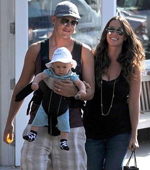 Семья Аланис Мориссетт носят сына в рюкзаке BABY BJÖRN