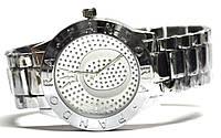 Часы на браслете с камнями