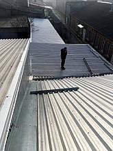 Плоская крыша придомовой пристройки до установки солнечных модулей.