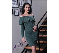 Демисезонное платье миди приталенное с длинным рукавом открытые плечи с воланом темно зелёное