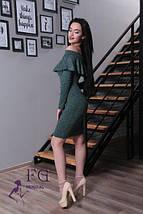 Демисезонное платье миди приталенное с длинным рукавом открытые плечи с воланом темно зелёное, фото 2