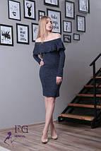 Модное платье до колен по фигуре длинный рукав с воланом открытые плечи темно синее, фото 2