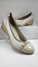 Женские туфли из натуральной  кожи на невысокой танкетке МИДА 21317 белые.
