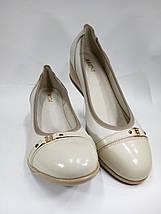 Женские светлые кожаные туфли на невысокой танкетке МИДА 21317 беж., фото 3