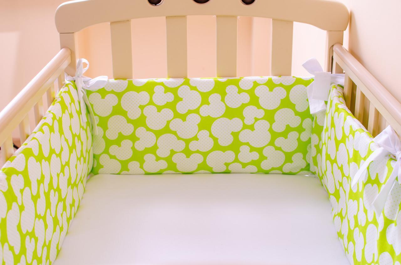 """Комплект: Бортики в детскую кроватку + простынь на резинке """"Яркий Микки"""""""