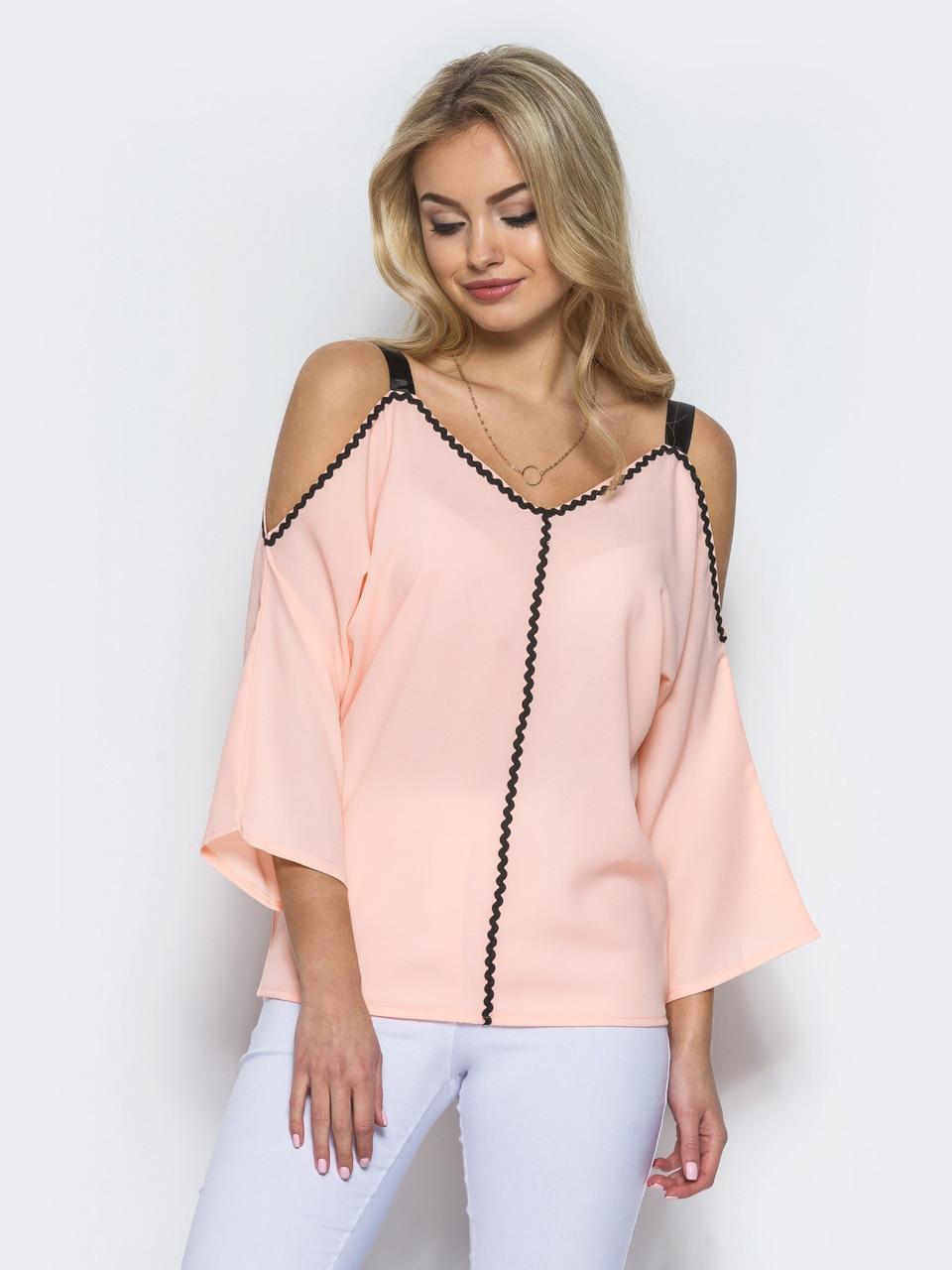 Персиковая  блузка с контрастной отделкой тесьмой