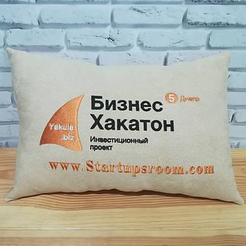 Подушки с вышивкой логотипа