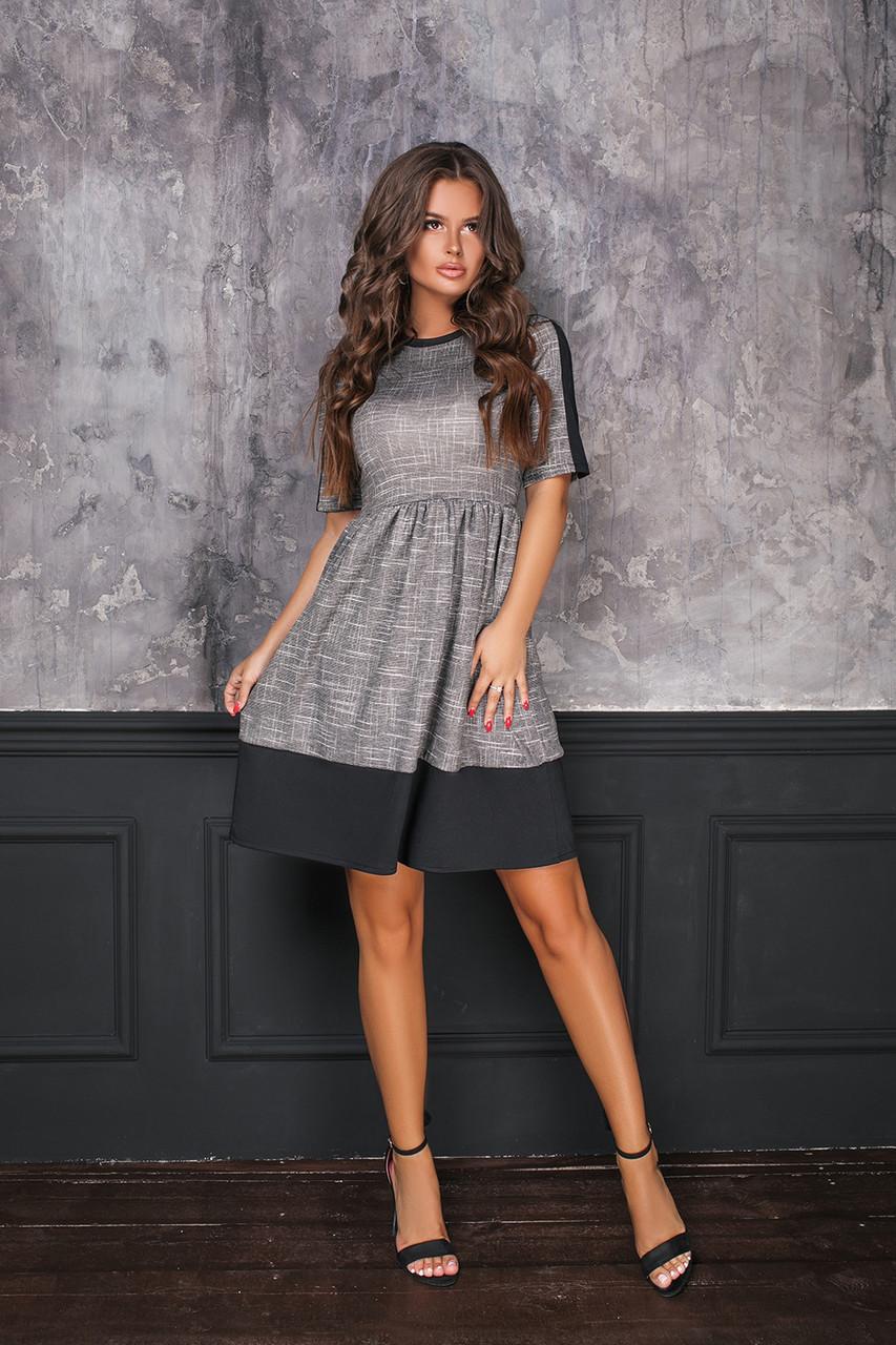 Стильное платье приталенного силуэта с юбкой клеш в сборку на талии