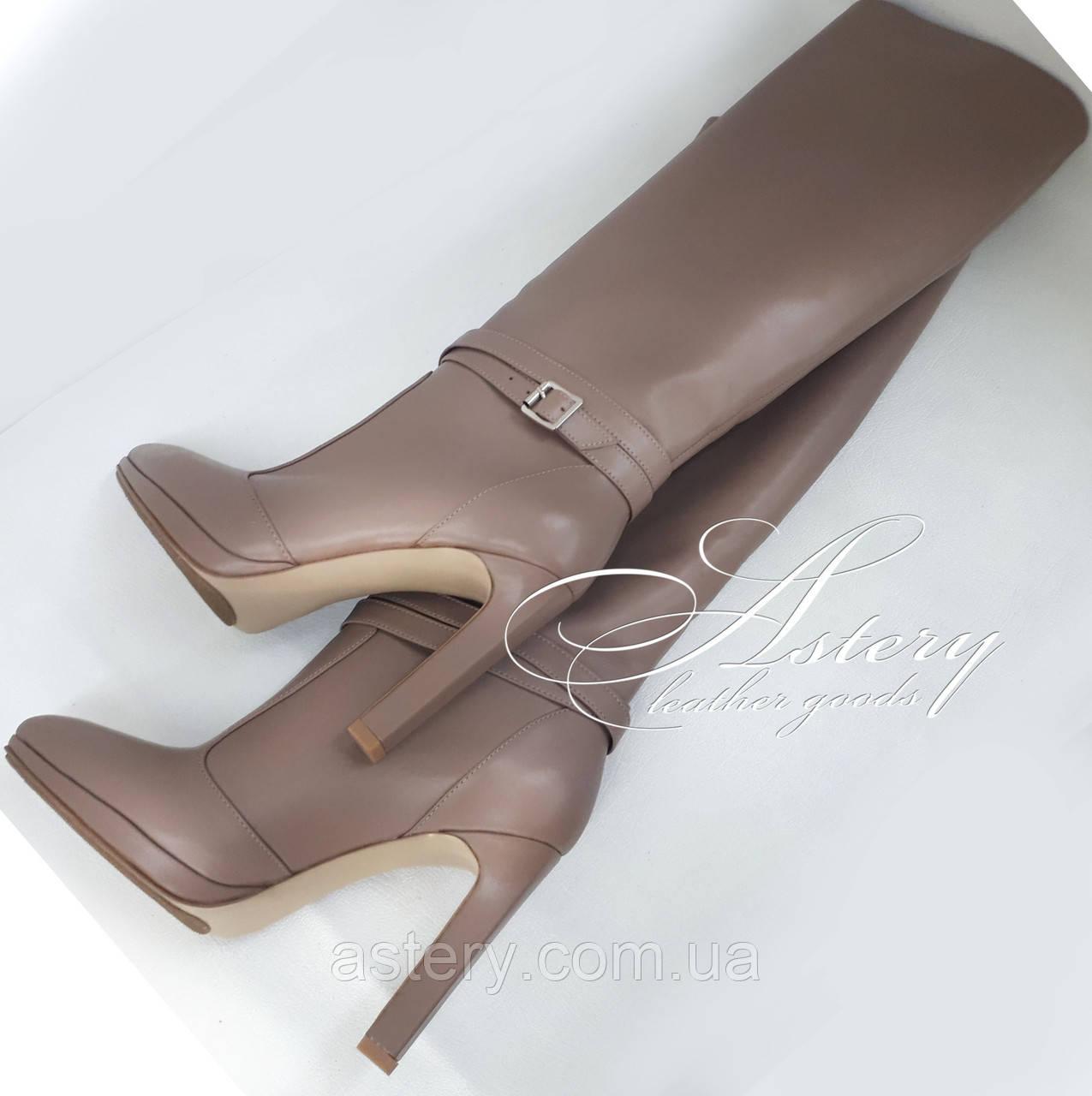 Жіночі бежеві шкіряні чоботи на підборах стовпчику