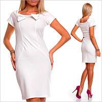 Белое платье с короткими рукавами и округлым вырезом
