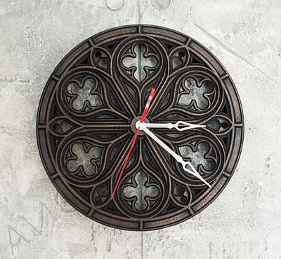 Часы настенные в готическом стиле